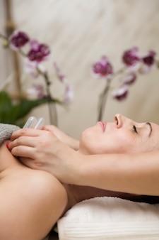 Copa aplicada a la piel de una paciente como parte del método tradicional de terapia de ventosas.