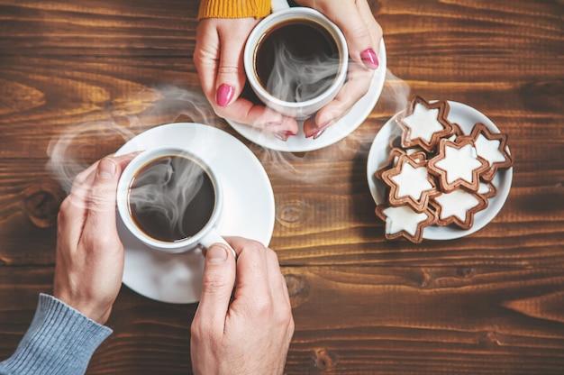Copa bebida para el desayuno en manos de los enamorados. enfoque selectivo