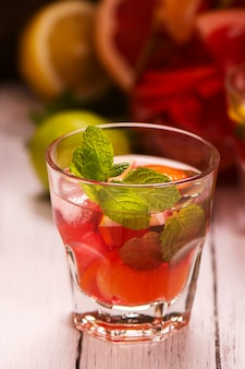 Copa de bebida de verano con cítricos.