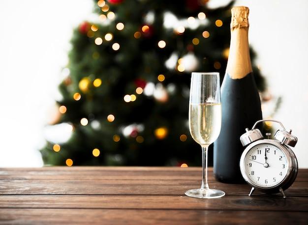 Copa de champagne con botella en mesa
