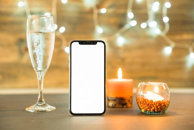 Copa de champagne con vela en mesa