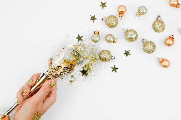 Copa de champán con bolas decorativas