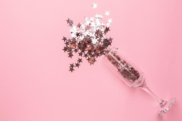 Copa de champán con estrellas rosa plateadas
