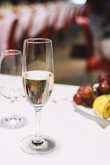 Copa de champán en una fiesta de celebración de la boda