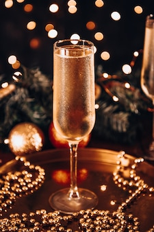 Una copa de champán frío en un ambiente navideño