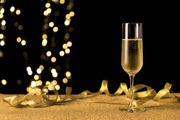 Copa de champán con luces bokeh