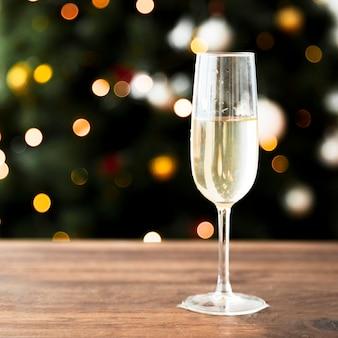 Copa de champán en mesa de madera