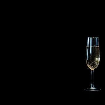 Copa de champán en la mesa