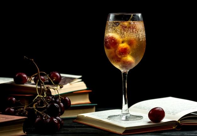 Copa de champaña fría en un libro