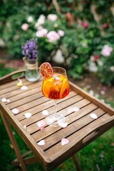 Copa de cóctel aperole spritz adornado con una rodaja de naranja en la bandeja wodoen