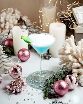Una copa de coctel azul