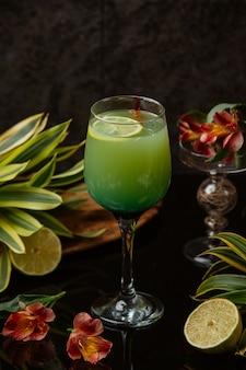 Una copa de cóctel exótico con limón