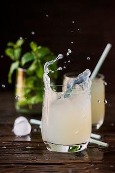 Una copa de cóctel fresco