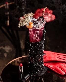 Copa de cóctel modelo con bebida gaseosa