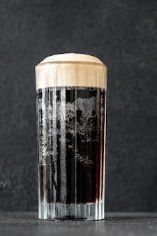 Copa de cóctel de terciopelo negro elaborado con una combinación de cerveza negra y champán