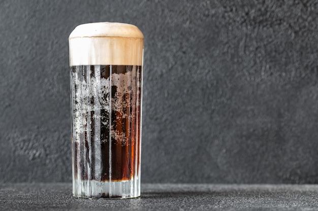 Copa de cóctel de terciopelo negro elaborado con una combinación de cerveza negra y champán Foto Premium