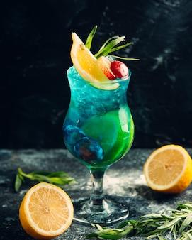 Copa de cóctel de verano con limón