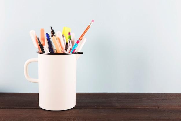 Copa con suministros de escritura