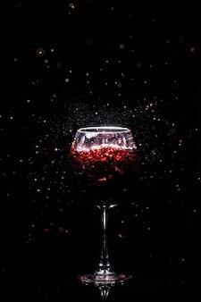 Copa de cristal de vino y barras a su alrededor