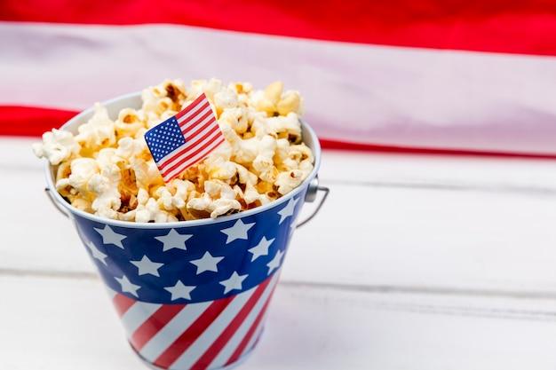 Copa con emblema de bandera americana y palomitas crujientes.