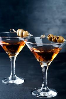 Copa de martini y aceitunas