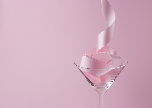 Copa de martini con cinta de fiesta rosa