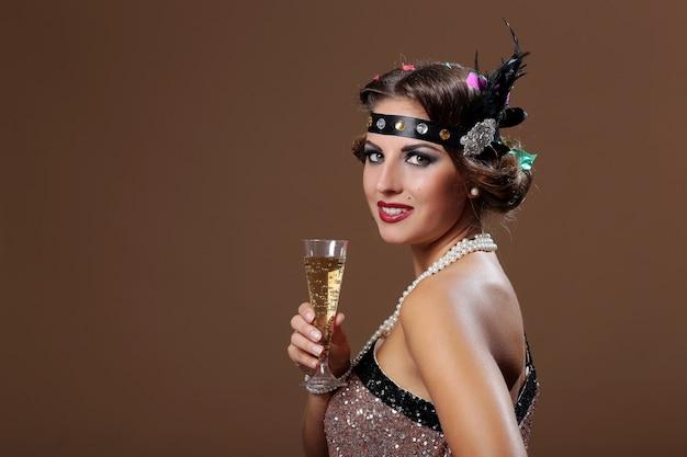 Copa de mujer de fiesta con vino y mira camre