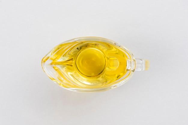 Copa plana de aceite de oliva en la mesa