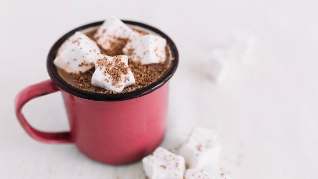 Copa roja con cacao y malvaviscos.