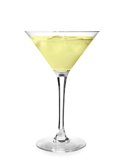 Copa de sabroso martini sobre fondo blanco.