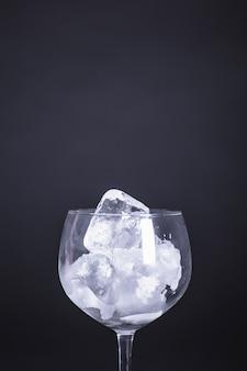 Copa vacía con hielo