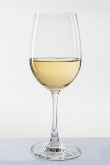 Copa de vino blanco sobre fondo blanco.