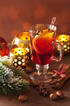 Copa de vino caliente con naranja y especias.
