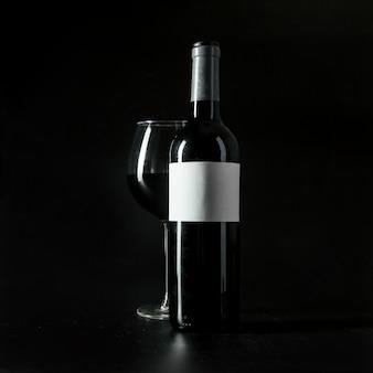 Copa de vino cerca de la botella