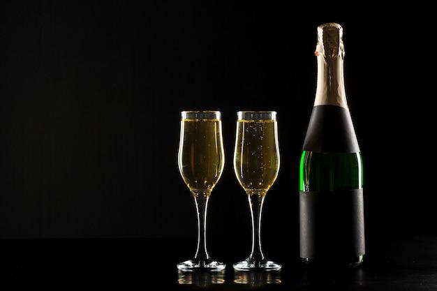 Copa de vino champagne y botella