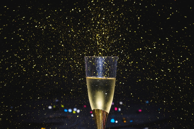 Copa de vino chispeante en fiesta