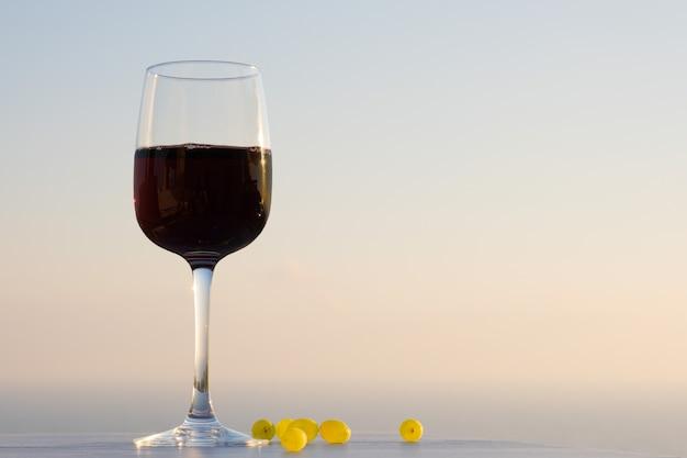 Una copa de vino en el cielo azul del atardecer