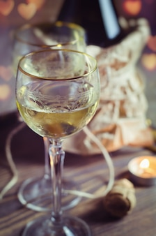 Copa con vino en cita romántica