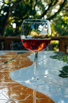 Copa de vino contra árboles