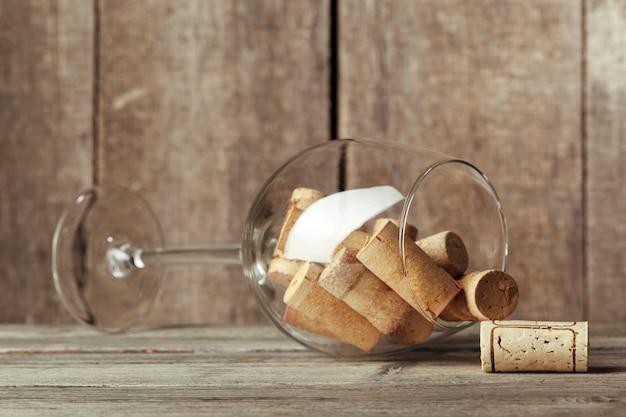 Copa de vino con corchos dentro