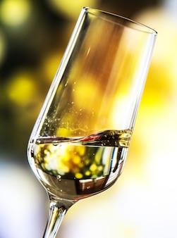 Una copa de vino espumoso