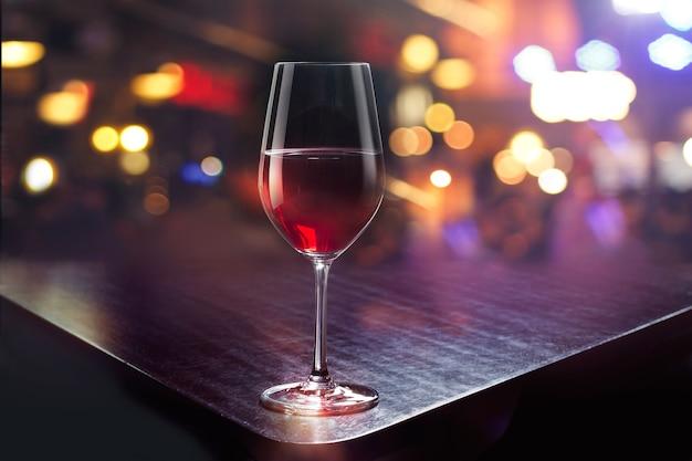 Copa de vino en el fondo colorido de la barra