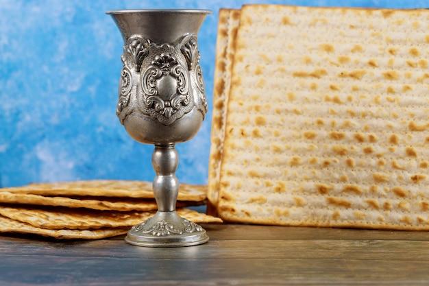 Copa de vino de kidush con pan matzos