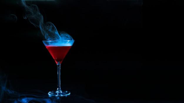 Copa de vino con líquido ahumado rojo