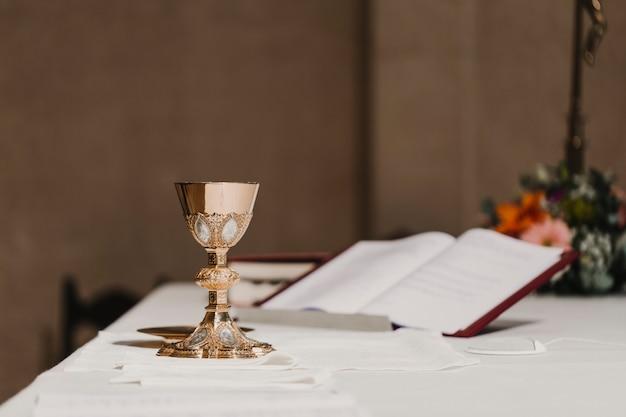 Copa de vino en la mesa durante una ceremonia de boda misa nupcial. concepto de religión