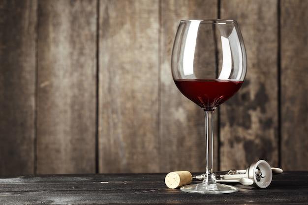 Copa de vino en la mesa de madera