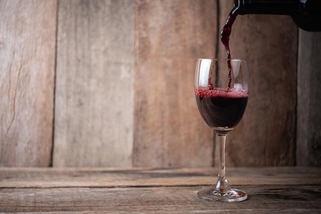 Copa de vino sobre madera
