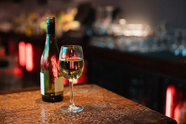 Copa de vino tinto en barra de bar