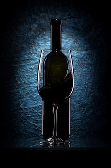 Copa de vino tinto y una botella.