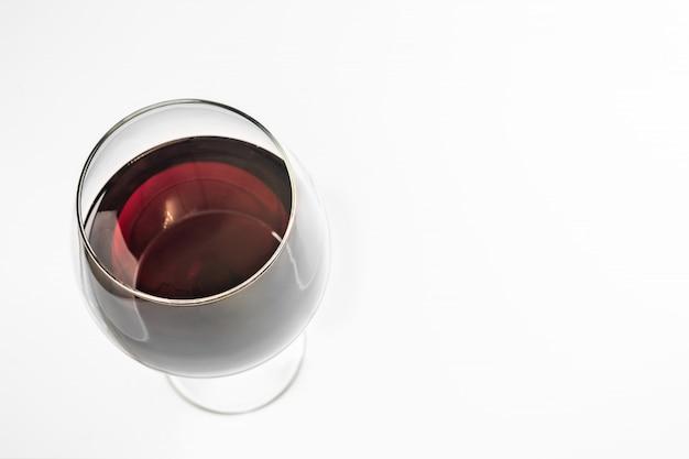 Copa de vino tinto, copia espacio, aislado. vino de esmeralda español en copa con un tallo alto.